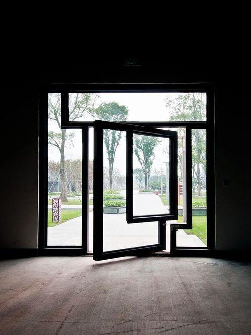Porta de vidro geométrica.