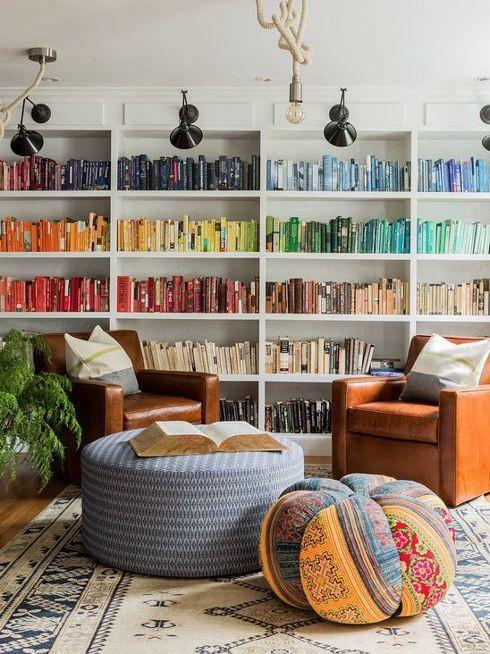 Estante com livros dividida por cores.