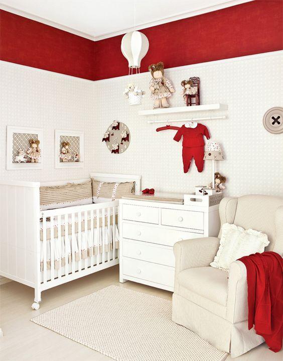 Quarto de bebê branco e vermelho.