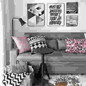 Sala com almofadas com tons da sala. Projeto: Carol Milluzi.