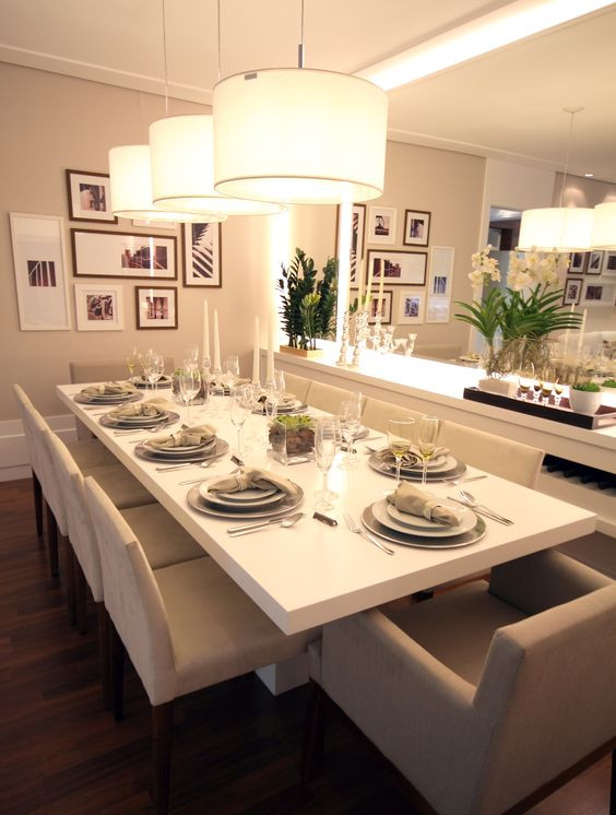 Sala de jantar grande e clean.