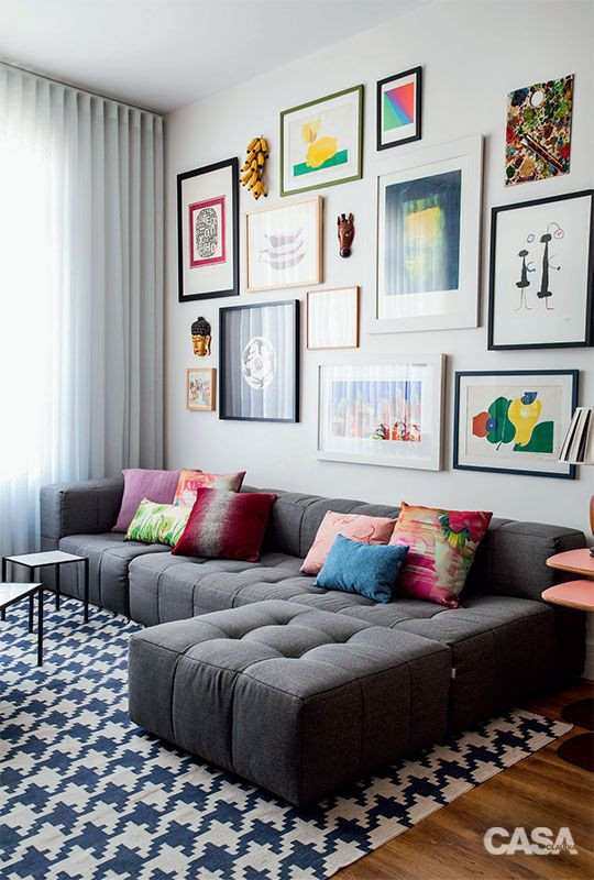 Sala com composição de quadros. Projeto: Mariana e André Weigand.