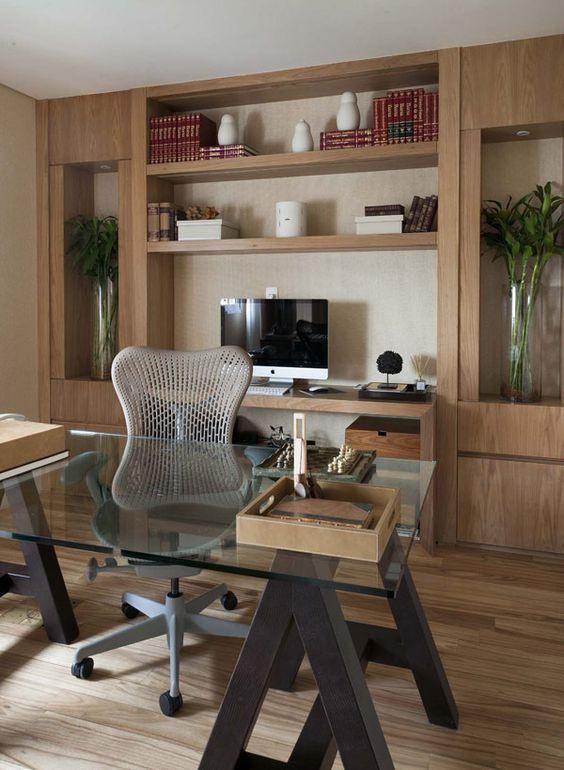 Escritório com duas mesas. Projeto: Débora Aguiar.