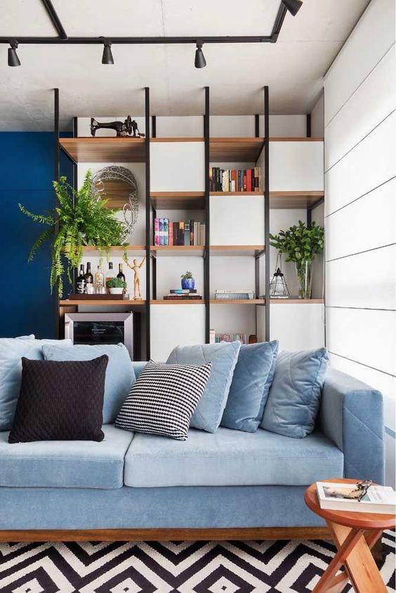 Sala com sofá azul claro.