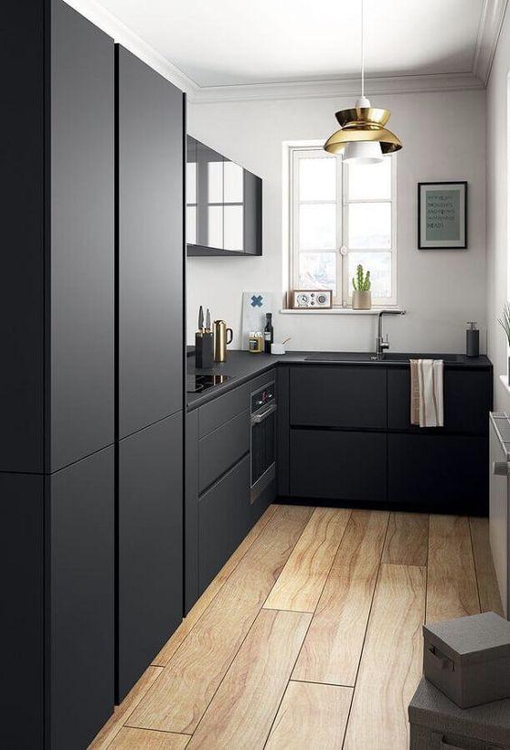 Cozinha em L preta.