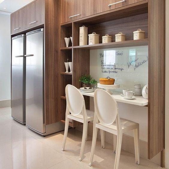 Cozinha com geladeira e freezer. Projeto: Guardini Stancati Arquitetura.