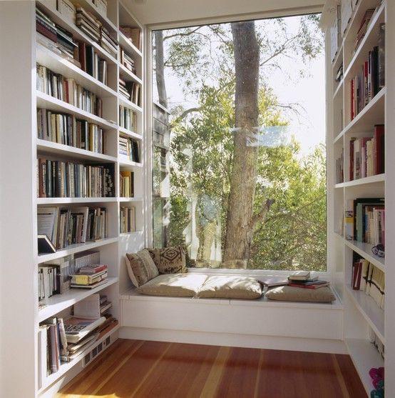 Estante com espaço para ler.