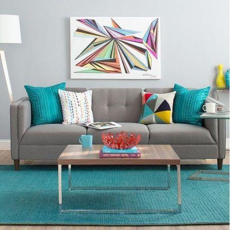 Sala com adornos coloridos.