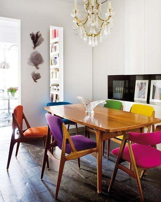 Cadeiras de modelo igual e de cores diferentes.