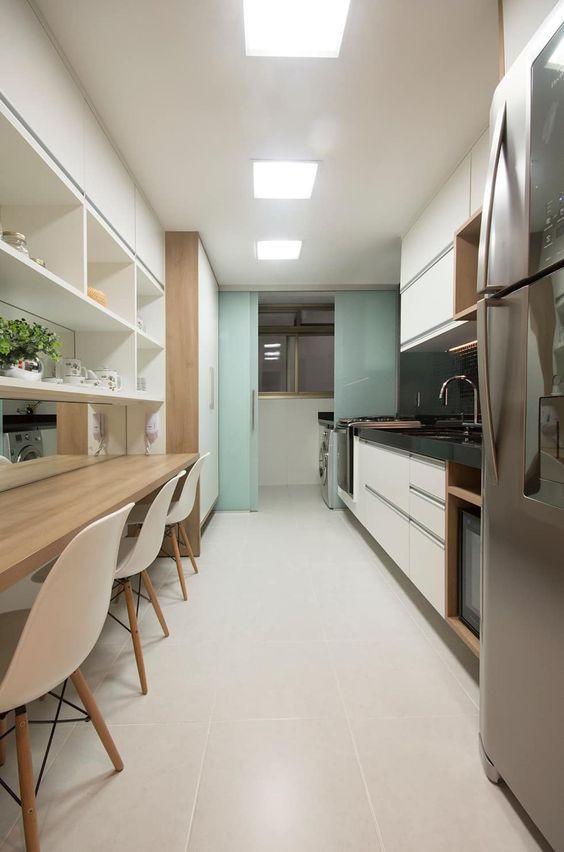 Cozinha em corredor. Projeto: Ana Meirelles.