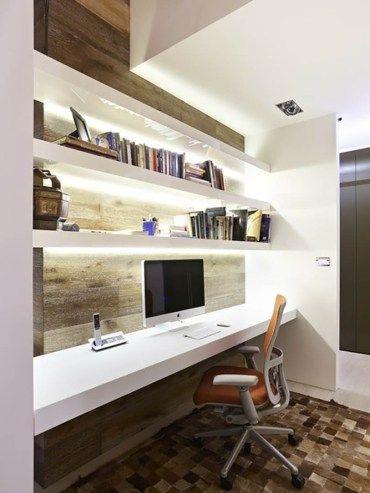 Escritório com iluminação atrás das prateleiras.