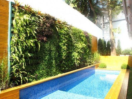 Parede verde perto da piscina.