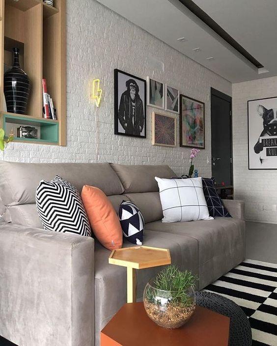 Sala com almofadas coloridas. Projeto: Bianchi & Lima Arquitetura.