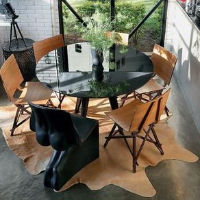 Cadeiras diferentes na sala de jantar