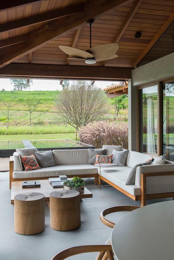 Varanda com mobiliário em madeira. Projeto: Triplex Arquitetura.