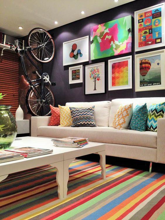 Sala com composição de quadros.