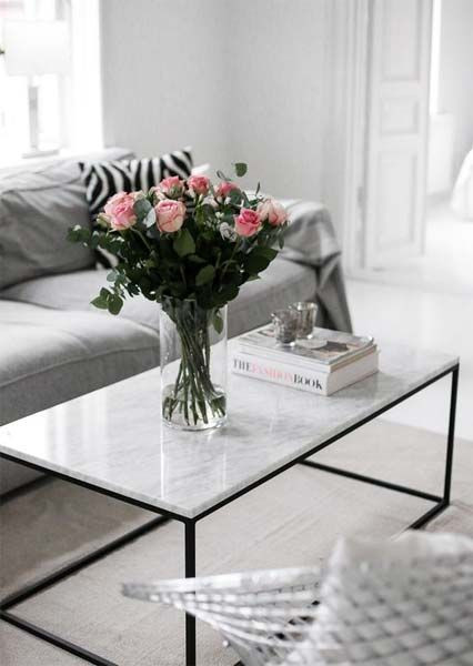 Sala com mesa de centro com tampo de mármore.