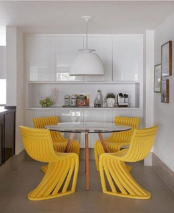 Sala de jantar com cadeiras amarelas. Projeto: Yamagata Arquitetura.
