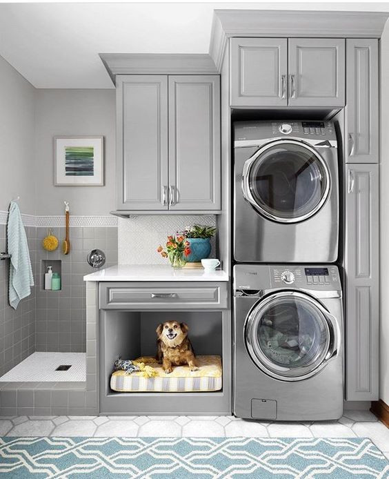 Caminha e espaço para banho na lavanderia.