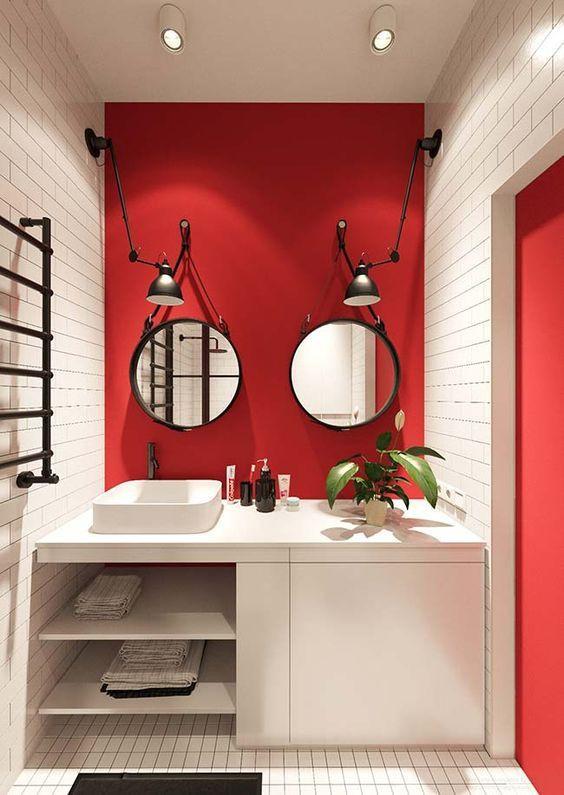 Banheiro com paredes vermelhas.