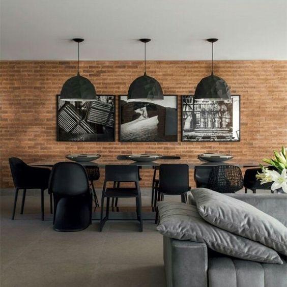Cadeiras pretas de modelos diferentes. Projeto: Marcelo Rosset.