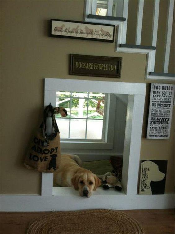 Casinha de cachorro abaixo da escada. Foto: Via Fallinpets.