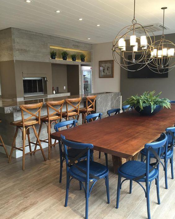 Área gourmet com mesa e bancada.