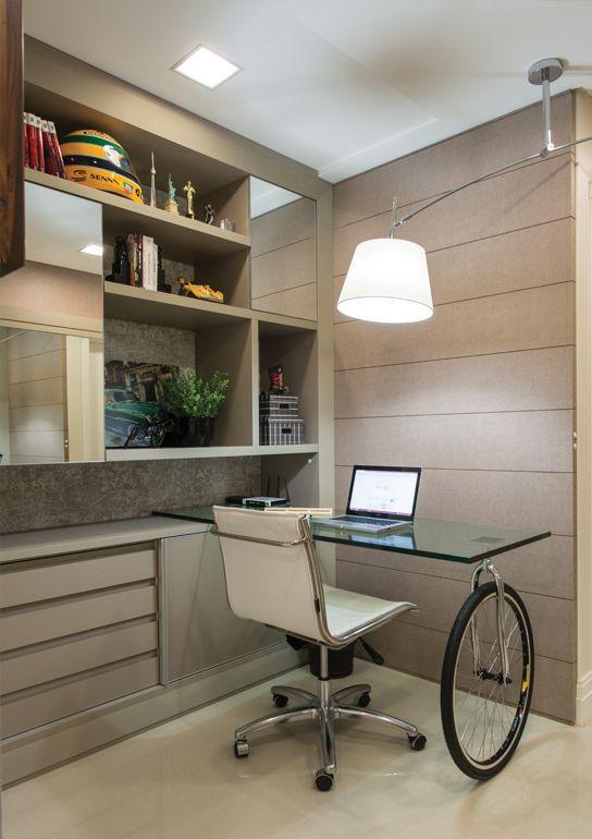 Escritório com mesa com roda de bicicleta.