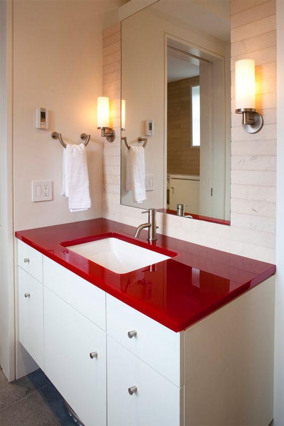Banheiro com bancada vermelha. Projeto: Gne architecture.