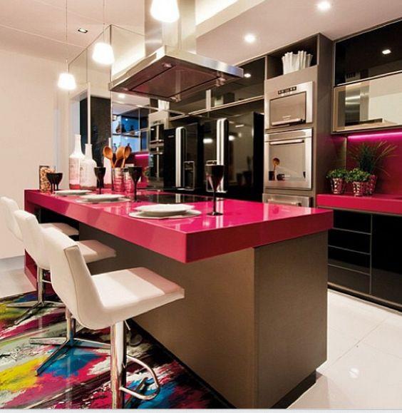 Cozinha com bancada colorida.