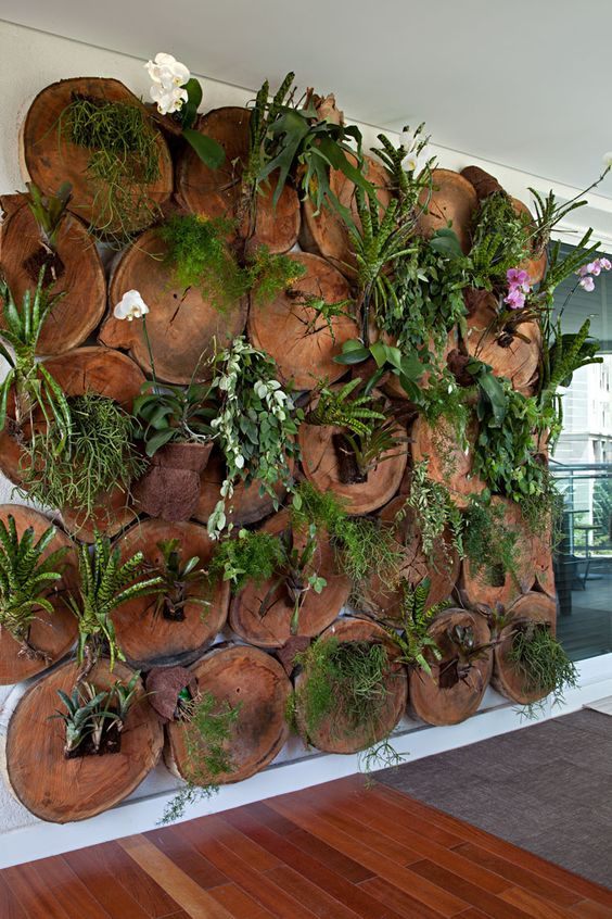 Jardim vertical com troncos. Projeto: Raphael Costa Barros.