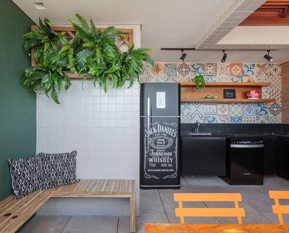 Área gourmet com geladeira. Projeto: Amis Arquitetura.