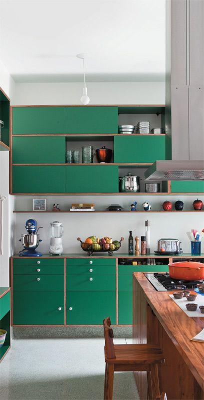 Cozinha com armários verde bandeira. Projeto: Renata Rise.