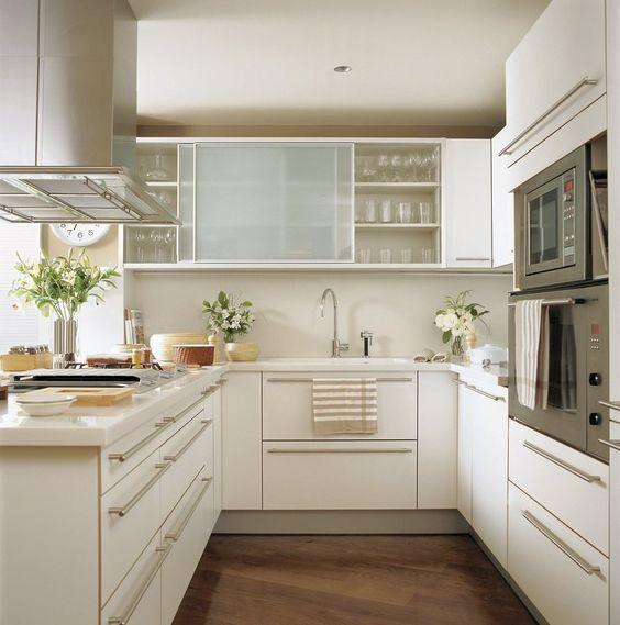 Cozinha em U branca.