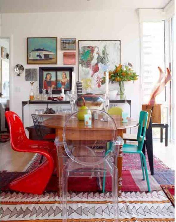 Cadeiras de modelos e cores diferentes.