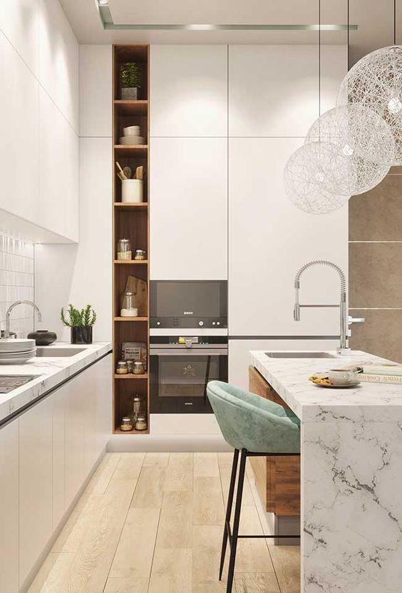 Cozinha com ilha branca.