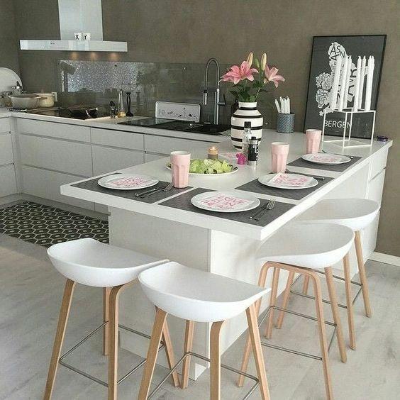Cozinha com península branca.
