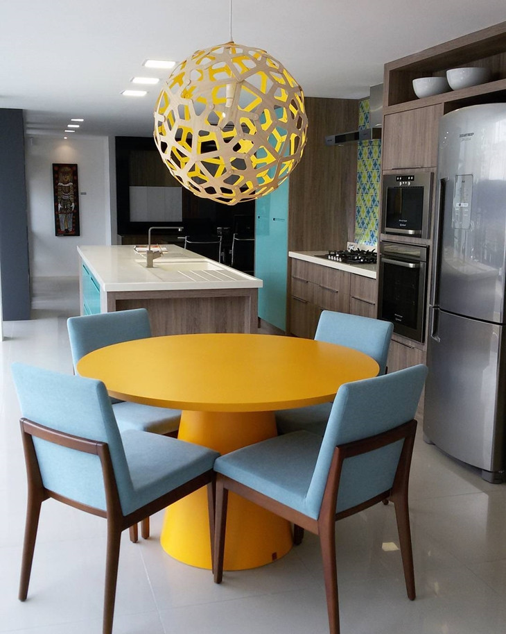 Cozinha com mesa redonda. Projeto: Karen Pedrosa.