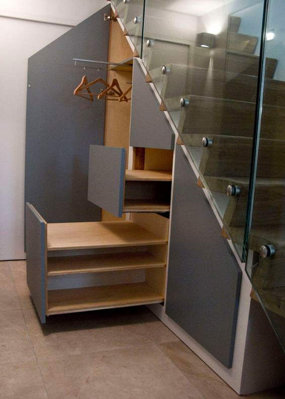 Armário abaixo da escada.