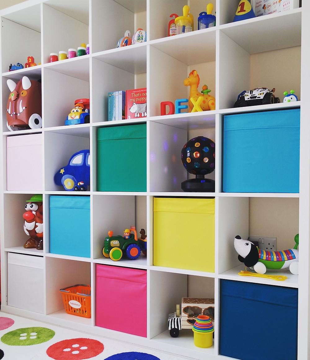 Estante de nichos com brinquedos.