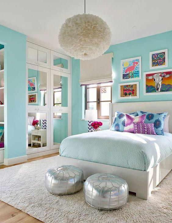 Quarto com paredes azuis claras.