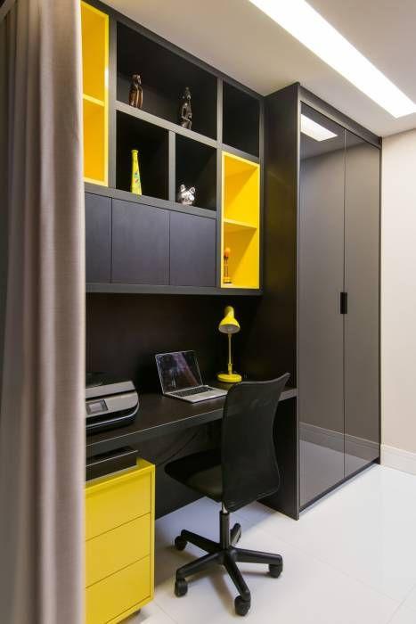Escritório com muitos armários. Projeto: Janete Chaoui.