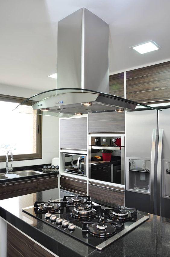Cozinha com coifa em ilha. Projeto: Angela Meira Arquitetura.