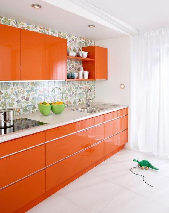 Cozinha com armários laranja.