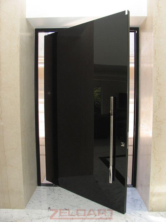 Porta de vidro preta.