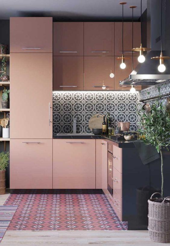 Cozinha rosa millenial e cinza.