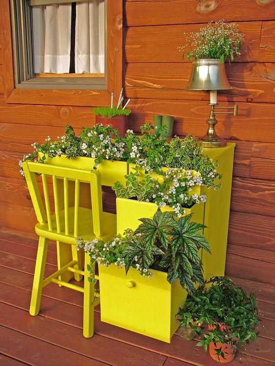 Escrivaninha com plantas.