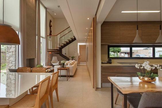 Cozinha e salas com porta de correr.  Projeto: Del Nero Da Fonte Arquitetura.