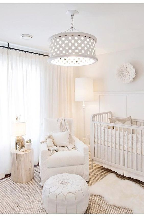 Quarto de bebê branco.