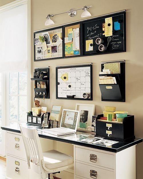 Escritório com parede organizadora.